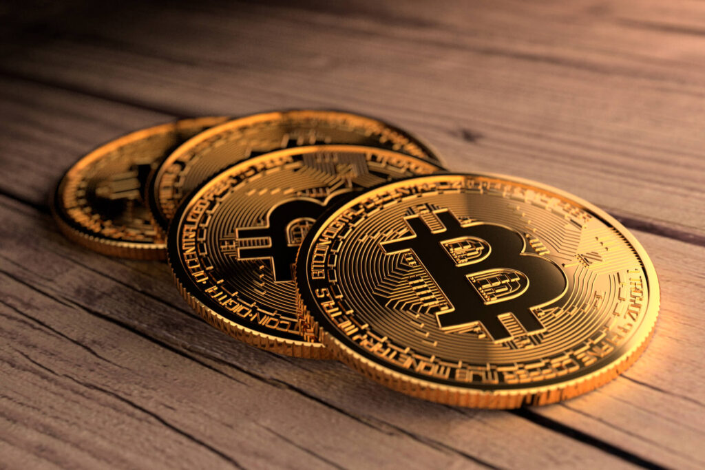 Four Bitcoins scattered on wood planks. Zdroj: https://www.quoteinspector.com/images/bitcoin/four-bitcoins-weathered-wood/